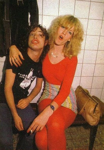 1981 : Angus Young and wife Ellen Van Lochem backstage at an AC/DC concert