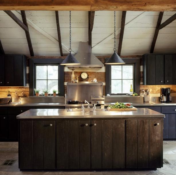 Een heel aards aandoende keuken met rvs blad en veel hout.