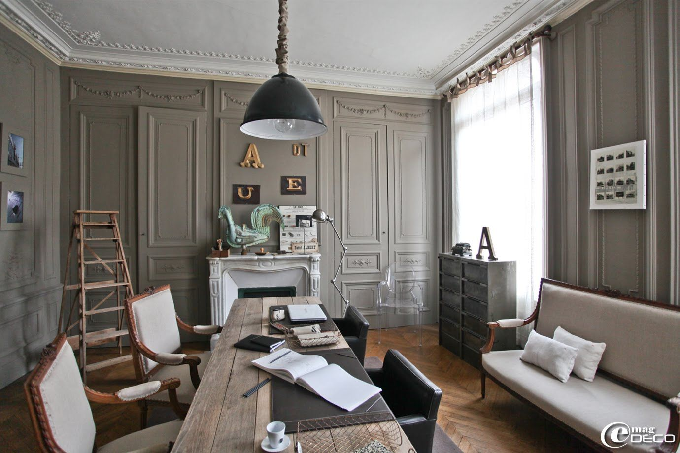 Un salon de style fin XIXème décoré de moulures se transforme en ...