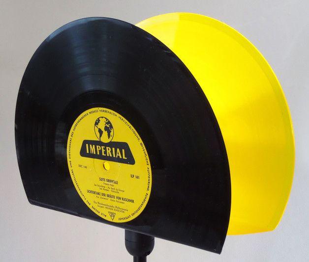 """**Retro Tischlampe für Vinyl Liebhaber!**  Der Lampenschirm der Tischlampe wurde aus je einer 10""""Yellow-Vinyl und einer 10"""" black Vinyl Schallplatte angefertigt,  Stylische Stimmungsbeleuchtung,..."""