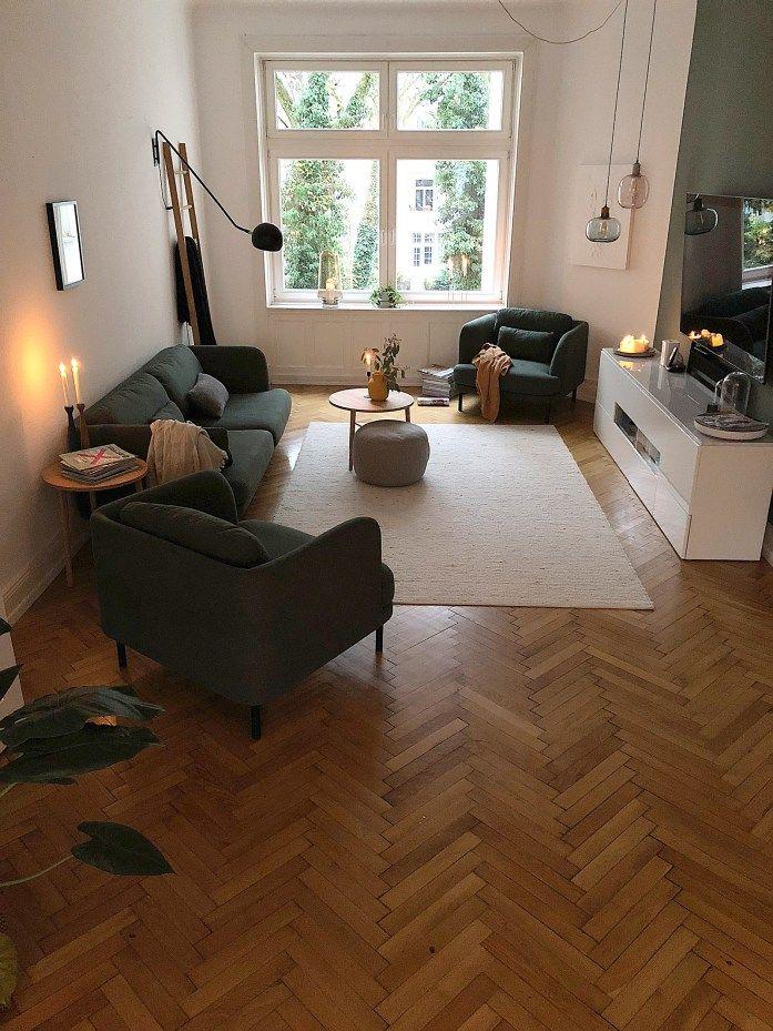 Photo of Herman zieht ein – Ein kleines Wohnzimmer Makeover mit neuem Couch und Sesseln in grün von made.com, Teppich aus Schurwolle von Otto.de, Sideboard mit hochglänzenden Türen und …