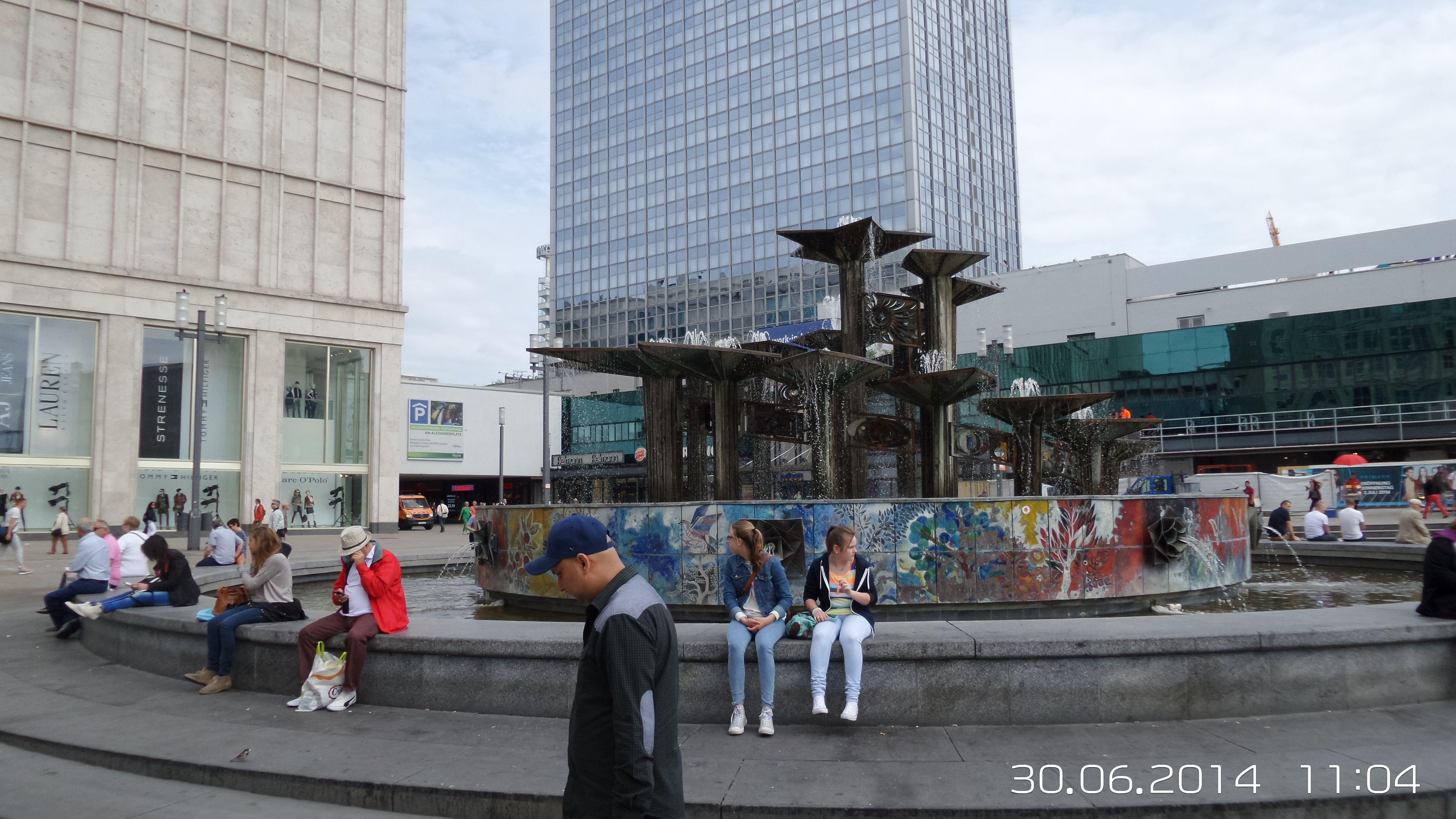 Brunnen Der Volkerfreundschaft Nuttenbrosche Auf Dem Alexanderplatz Bilder Hauptstadt Brosche