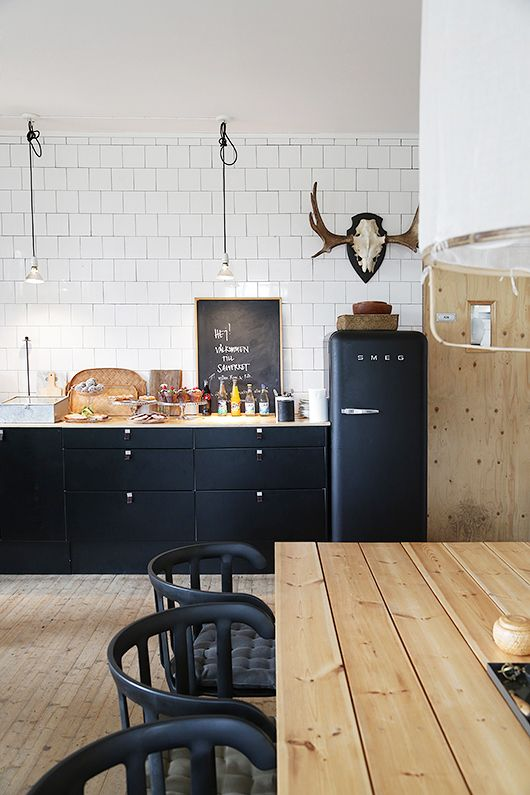 cocina madera blanco azulejos negro heladera Cocinas Pinterest