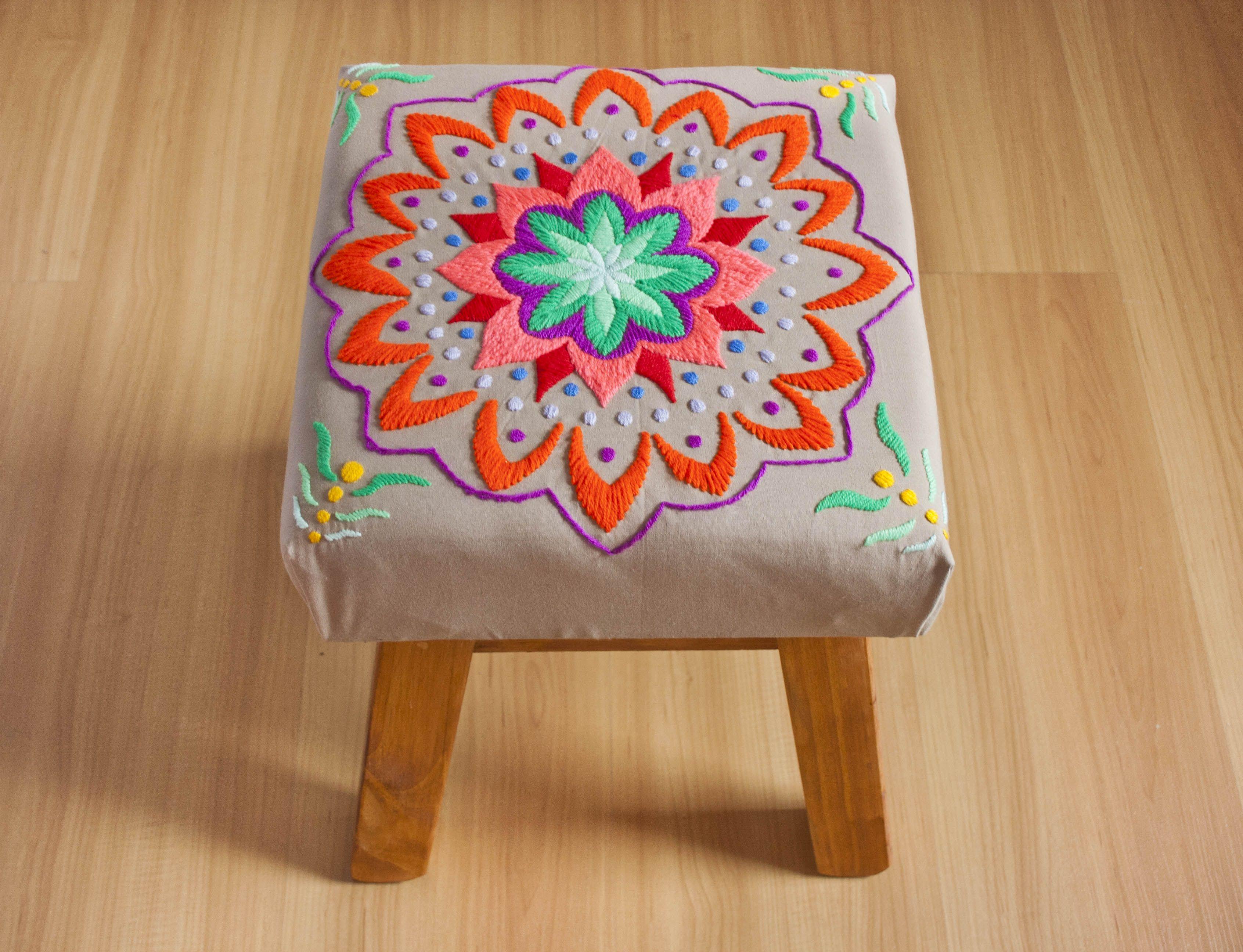 Banco de madera, tapizado con mandala bordado a mano. Tiene relleno ...