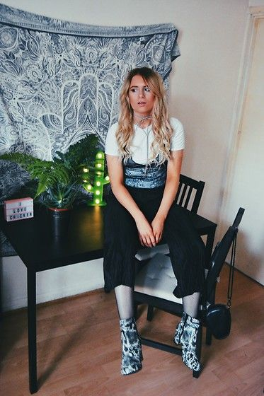 Get this look: http://lb.nu/look/8566497  More looks by Ferney Jenner: http://lb.nu/ferneyjenner  Items in this look:  Zara Black Culottes, Zara Bralette Top   #chic #simplistic #zara #blackandwhite #ombrehair #bralette
