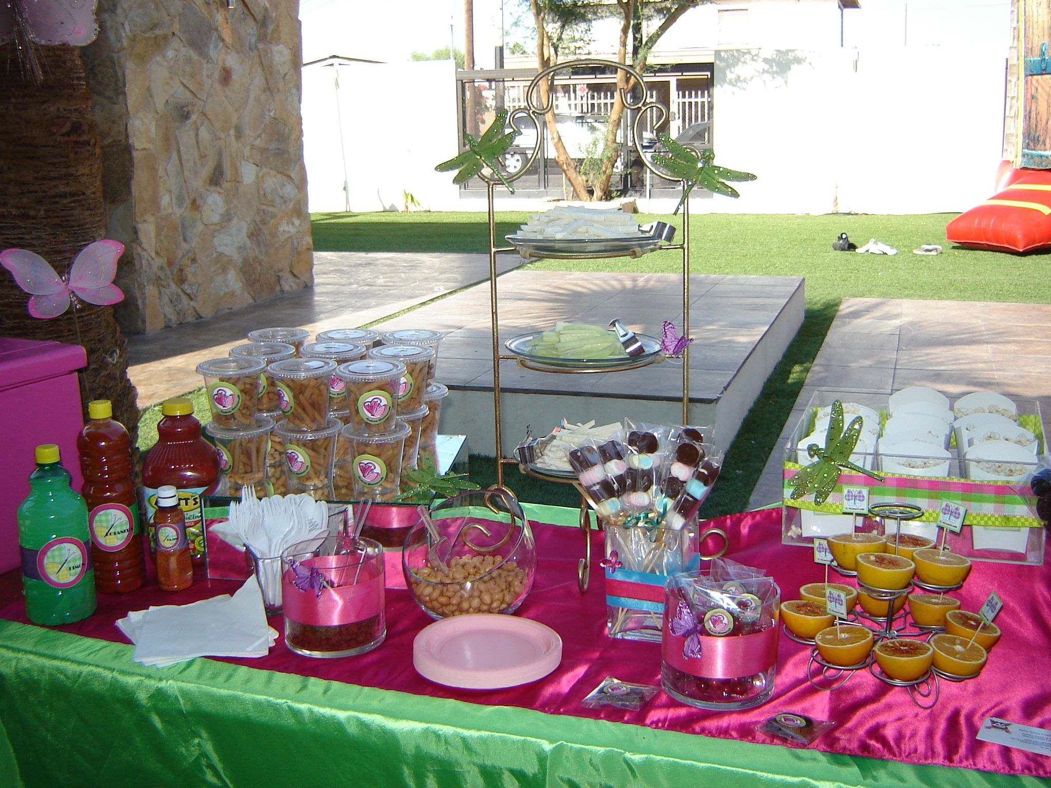 Mesa de botanas incluye verduras frituras palomitas for Decoracion mesas fiestas