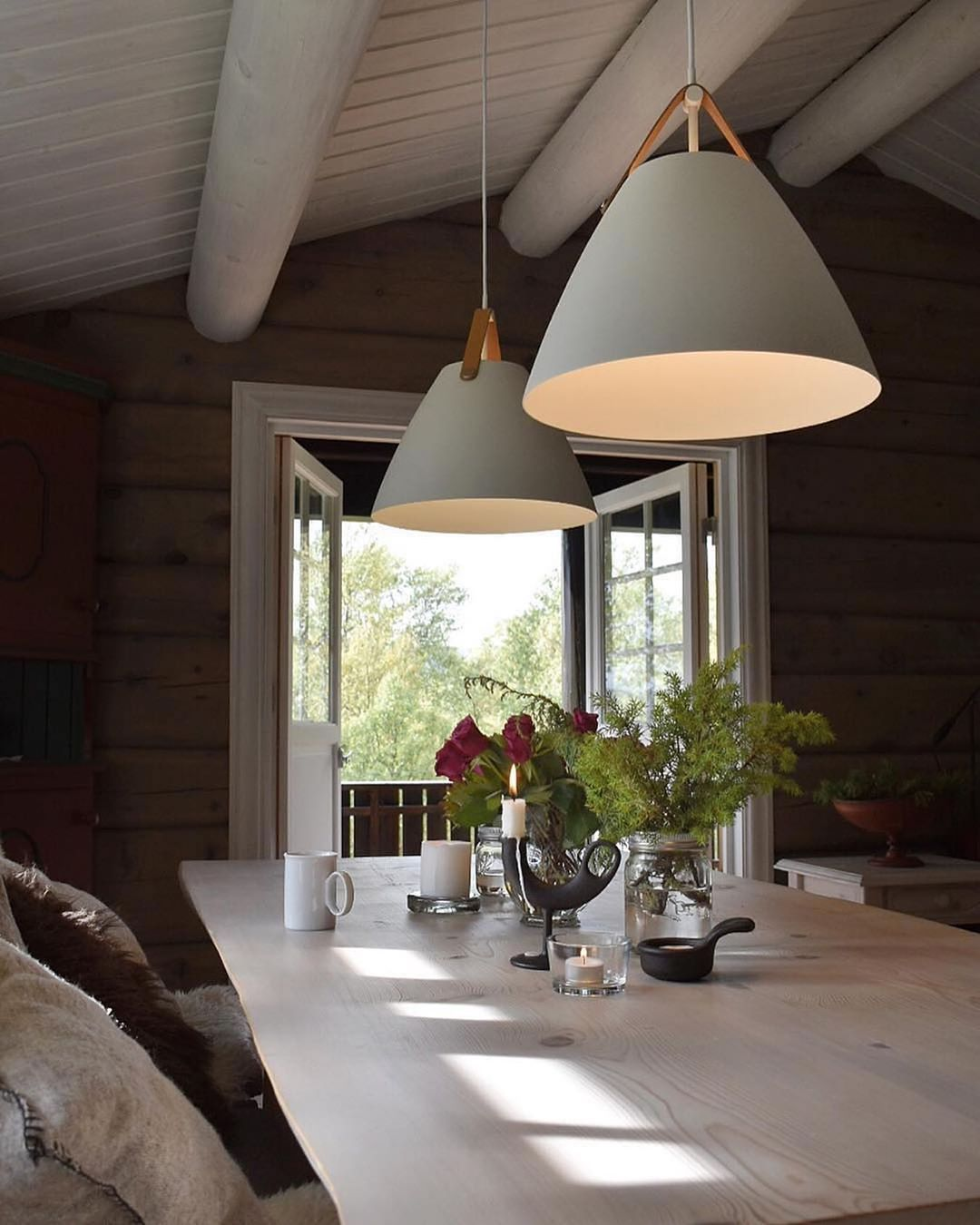 Strap pendant lights in a cosy cabin. What's not to love? 😍 Styled by @siri_her ⠀⠀⠀⠀⠀⠀⠀⠀⠀ #cabin #cabinlife #cabininthewoods #cabindecor #cabinporn #cabinliving #lights #lighting #lightingdesign #lamp #pendantlight