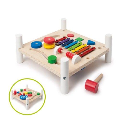Cette table d'activités contient 2 côtés et 8 activités. L'enfant a l'embarras du choix. Il s'amuse à taper sur les formes à encastrer et sur les lames du xylophone. Il commence son apprentissage des nombres avec le boulier. Il visse, lace, tourne et fait glisser les engrenages. Toutes ces activités participent à son apprentissage des couleurs, des formes et au développement de sa motricité fine.