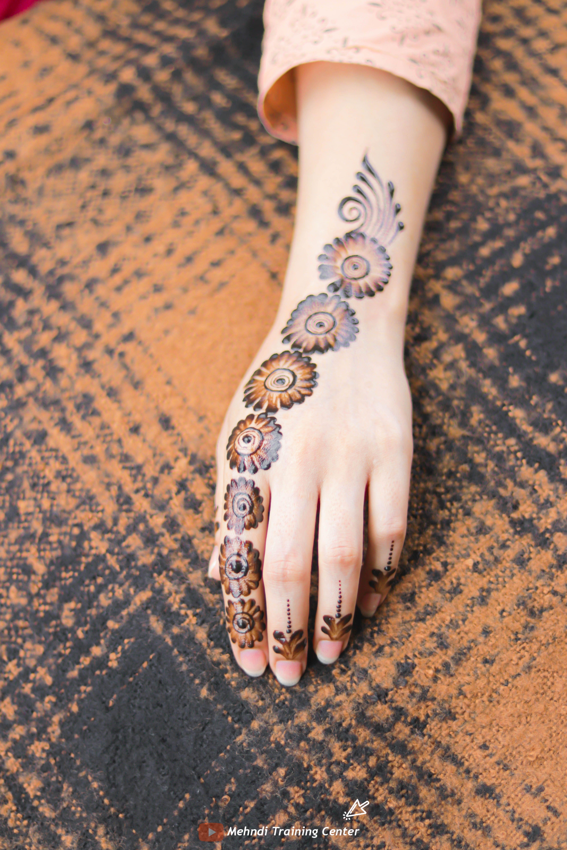 نقش الحناء الجميل البسيط أحدث تصميم نقش الحناء العربي للأيدي الخلفية 2020 Mehndi Designs Bridal Fashion Jewelry Henna Mehndi