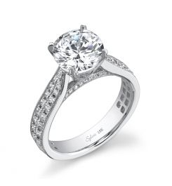 This 18K white gold diamond engagement ring features a 1.25-carat round brilliant center diamond. A total of 0.85 carats of princess cut diamonds graduate down the sides.