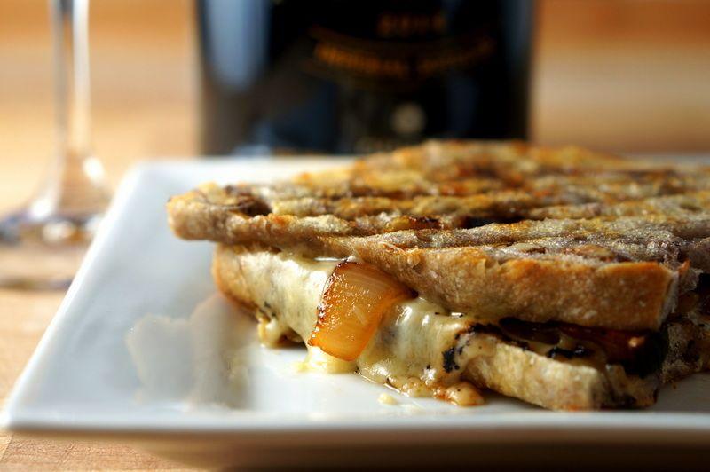 Grilled cheese, confit d'oignon à la bière et fromage Bellavitano espresso