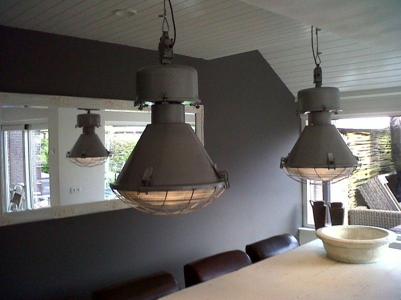 grote industri le lamp met bolglas ze zijn er weer industrielampen fabriekslampen old. Black Bedroom Furniture Sets. Home Design Ideas