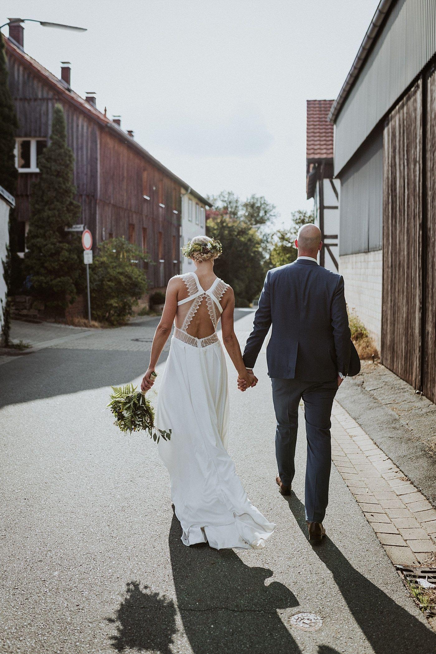 Diy Scheunenhochzeit In Norddeutschland Bild Die Liebenden Hochzeitsfotografie Diy W Brautkleider Romantisch Hochzeitskleider Spitze Hochzeitskleid Spitze
