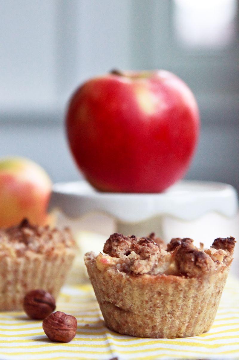Zum Mitnehmen bitte: Ich backs mir: Winzige Apfelküchlein mit Haselnussstreusel #ichbacksmir #apfelkuchen #apple