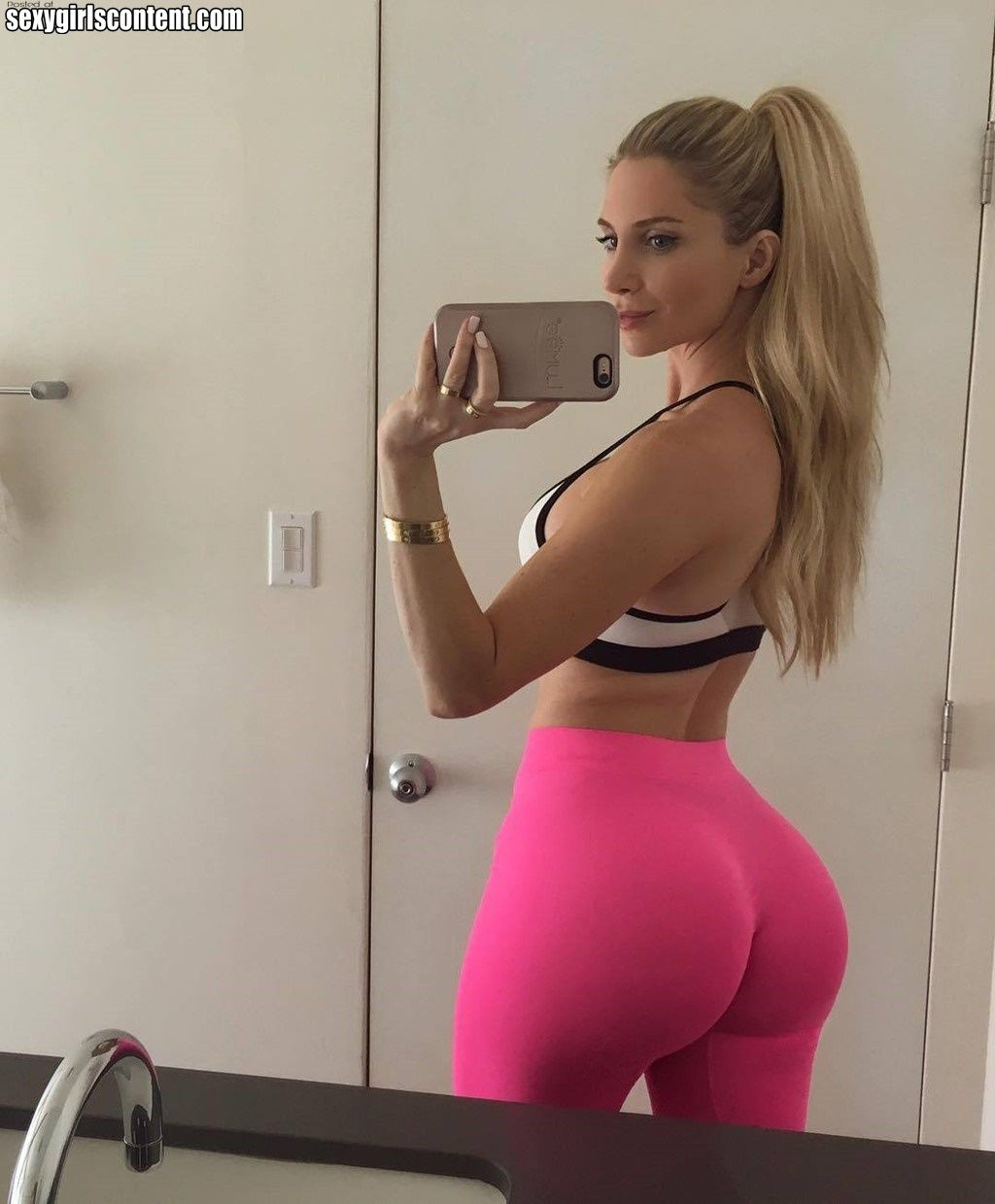 Hot Butts Wrapped In Yoga Pants 33 Pics Amanda Lee Women Model