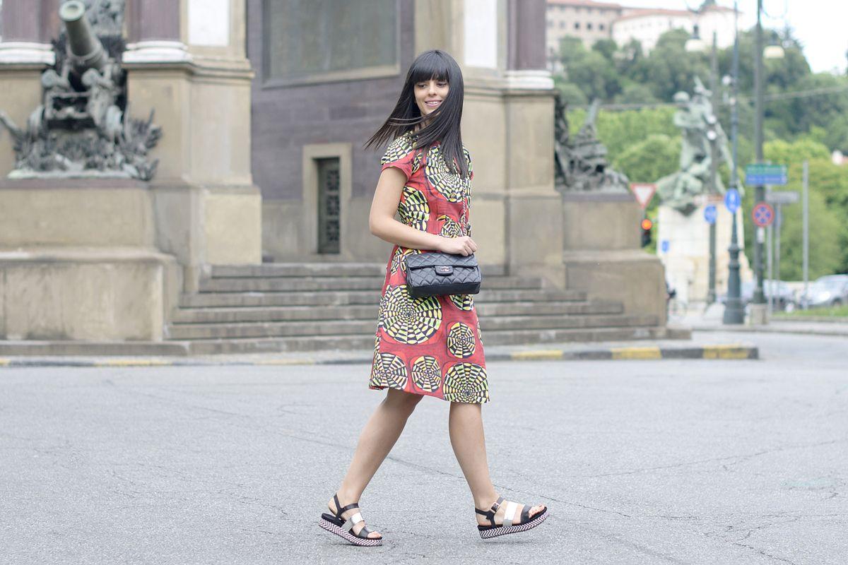 VESTITO – DRESS: Stella Jean (via Tozzi Bologna) BORSA – BAG: Chanel SANDALI: Sarenza