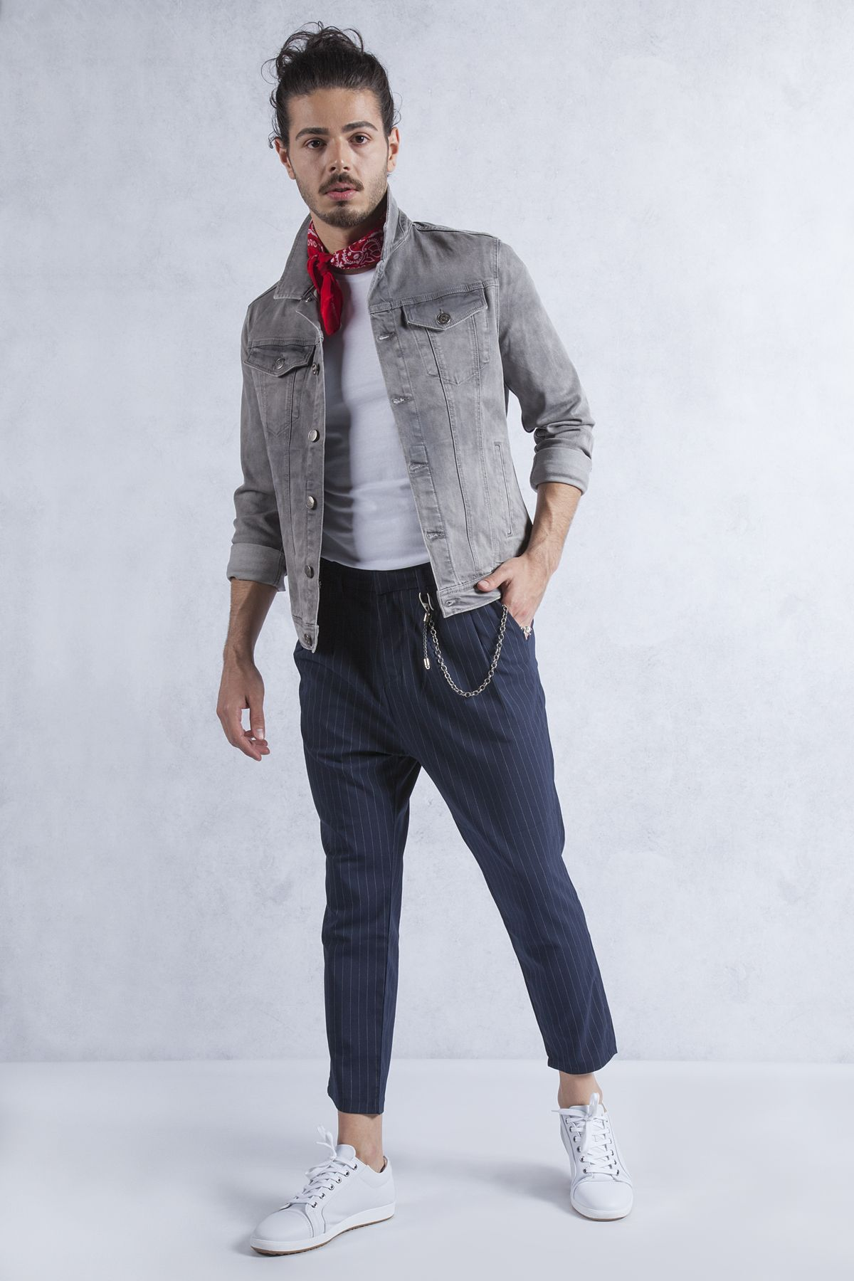 Cizgili Lacivert Kumas Pantolon Kombini Lacivert Cizgili Keten Pantolonun Uzerine Beyaz Bisiklet Yaka T Shirt Ve Gri Ko Kumas Pantolonlar Pantolon Kot Ceket