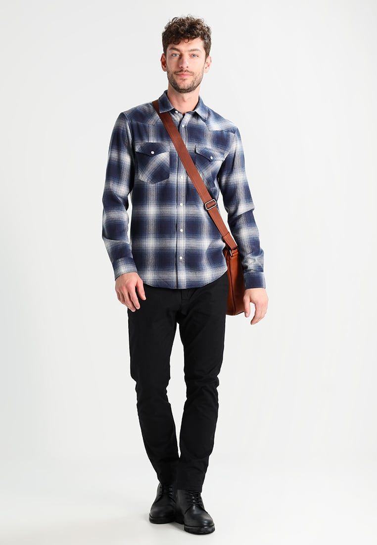 d051c519a9 ¡Consigue este tipo de camisa básica de Pier One ahora! Haz clic para ver