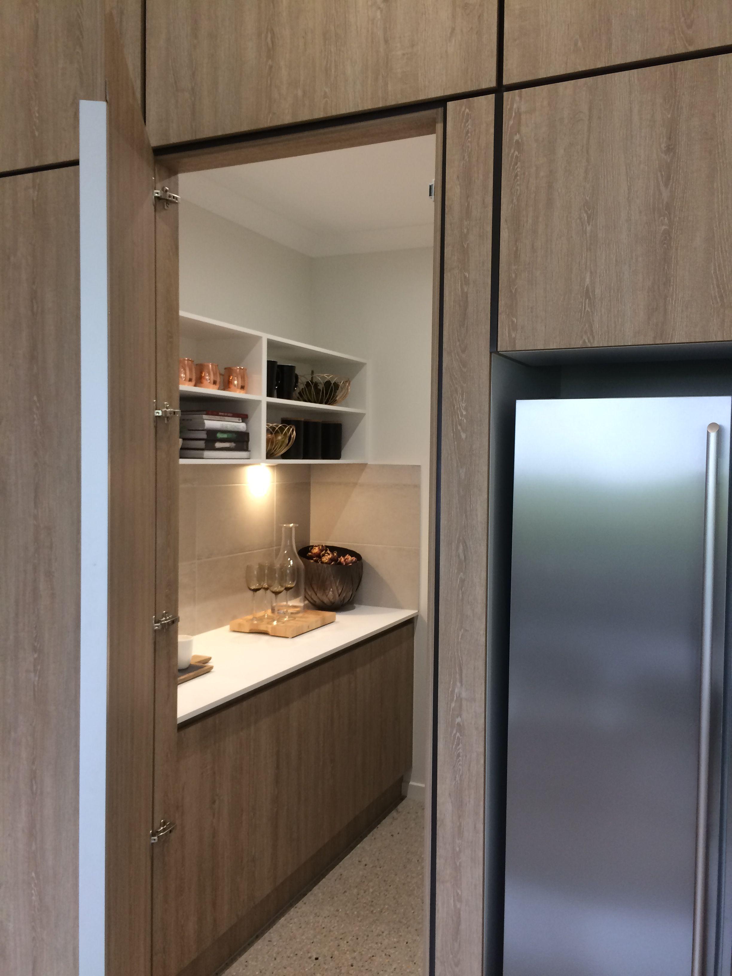 Concealed Walk In Pantry Door Open Versteckte Raume Versteckte Turen Moderne Graue Kuche