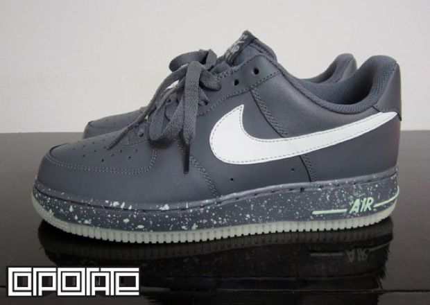 "Today we have some new images of the ""Glow in the Dark"" Nike Air Force 1 Low, slowly rolling out to retailers worldwide. Released as part of the 30th Anniversary Collection, the sneaker is dressed in Medium Grey with a matching rubber midsole. White speckles cover the midsole, tying in the matching Swoosh. The shoe"