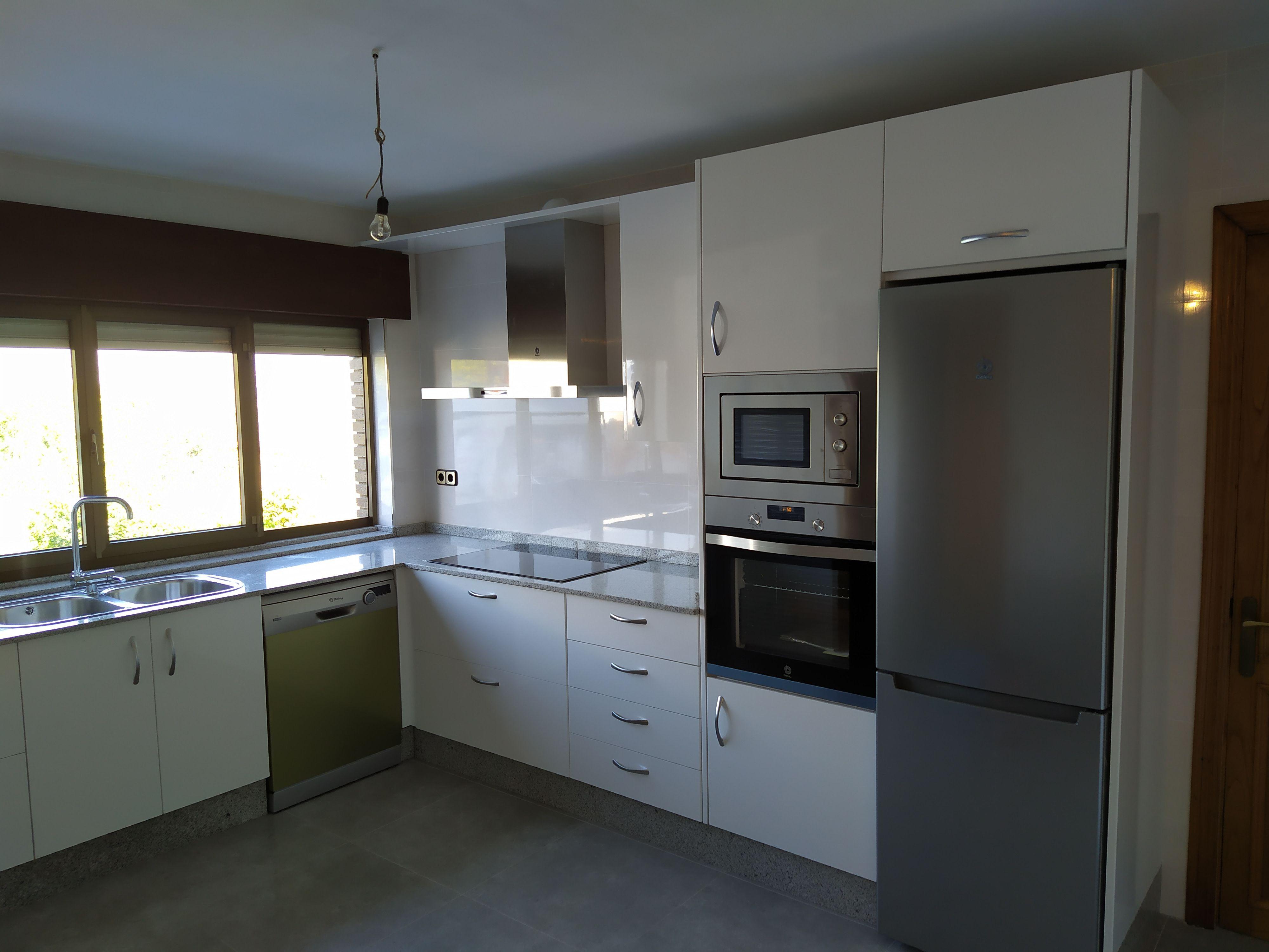 Ambiente Blanco Y Gris Muebles De Cocina Encimeras De Granito Granito Blanco