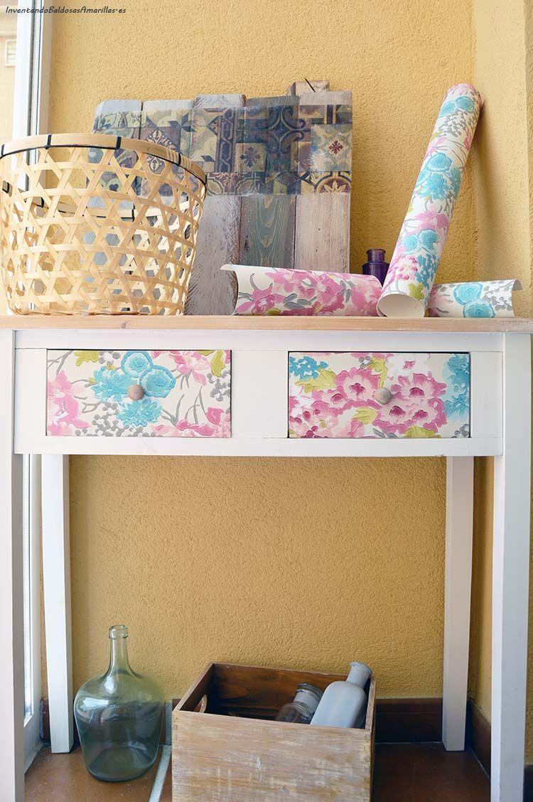 Decorar mueble madera papel flores decoracion en 2019 - Forrar muebles con papel pintado ...
