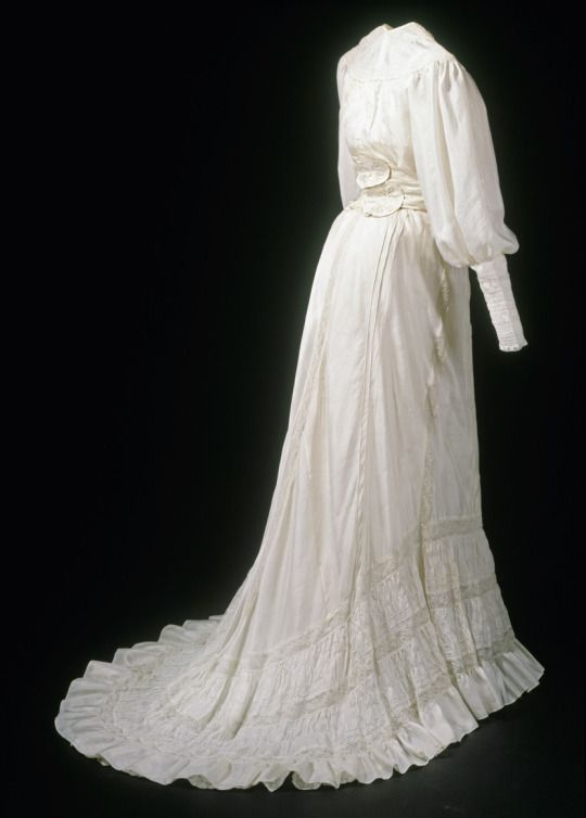Fripperies And Fobs Summer Dress 1896 1900 From The Museum Fur Angewandte Kunst Koln Via Kulturelles Erbe Koln Edwardian Fashion Dresses Summer Gowns