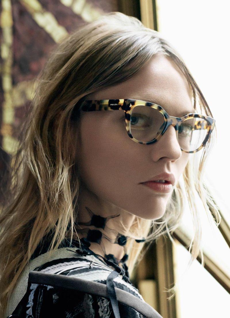 da2fda1cf2c Sasha Pivovarova stars au printemps de la campagne 2016 de lunettes Prada  More