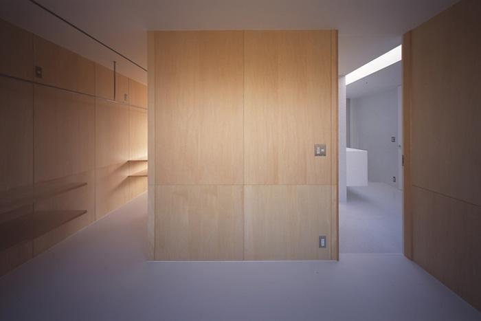 『コンセント』空間を最大限確保した廊下がない住まいの部屋 木の壁の洋室