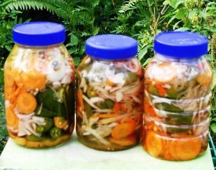 Encurtido cebollas jalepenos zanahorias sal pimienta agua y vinagre en primer lugar - Encurtido de zanahoria ...