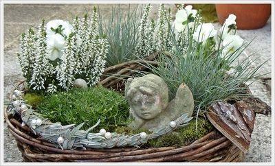 in wei?, f?r das Grab meiner Eltern. Es wird von meinem Bruder und seiner Frau gepflegt und bepflanzt. Dieses K?rbchen ist nur ein kleiner Gru?von mir zu Allerheiligen..... #friedhofsdekorationenallerheiligen