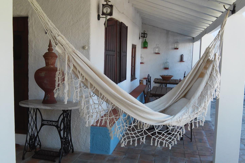 House in Cercal, Portugal. Uma casa com 2 Quartos, (1 quarto com cama de Casal e 1 quarto com 2 camas individuais), com roupas, cozinha equipada, casa de banho, alpendre com mesa e espreguiçadeiras. Situado num  terreno privado, florido, arborizado e verdejante.  Estamos di...