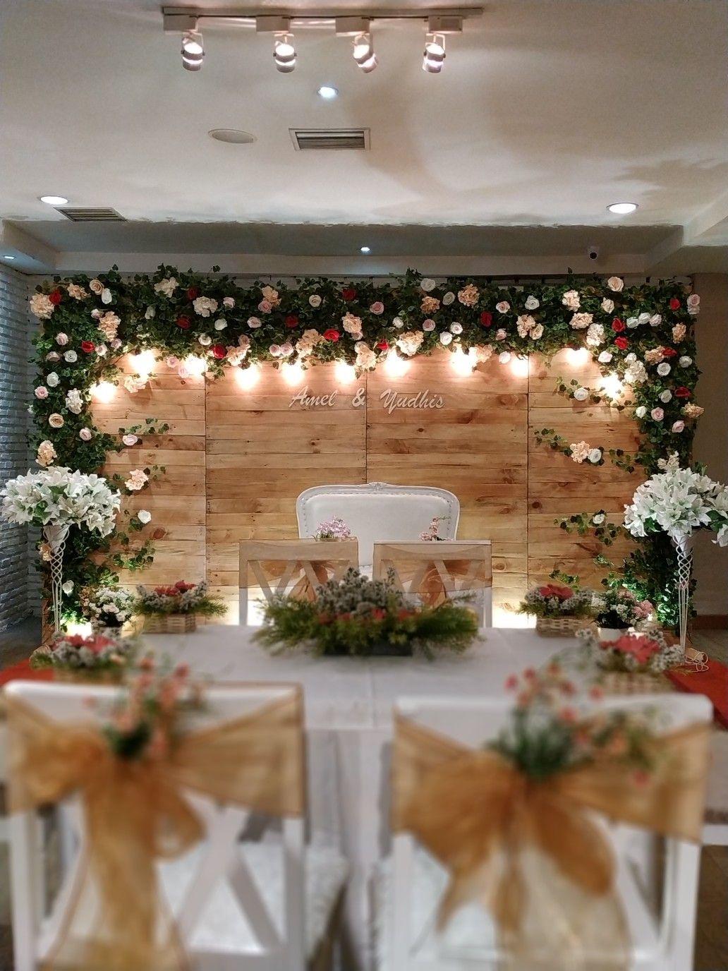 Pelaminan Mini Rustic Wedding Amel Yudhis Dekorasi By Flowerdecor70 Rosepetalbackdrop Venue Berandakitchen Tema Pernikahan Pernikahan Dekorasi Perkawinan