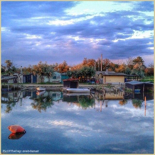 """#PicOfTheDay #turismoer #Tramonto sottosopra nella Piallassa della #Baiona """"L'angolo dei pescatori"""" Complimenti e grazie a @robdamat / Upside down #sunset at #Baiona lagoon """"The fishermen's corner"""" Congrats and thanks to @robdamat"""