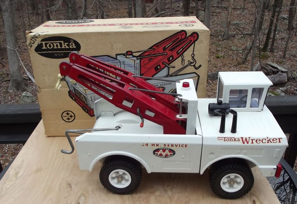 Mighty Tonka Wrecker White Pressed Steel Toy Tow Truck  #3915  with Box
