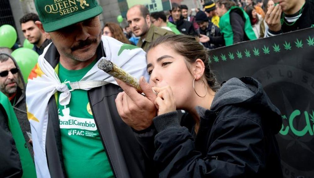 Así recauda la ley Mordaza con las drogas: 93 millones de euros y 346 multas al día http://www.publico.es/sociedad/marihuana-recauda-ley-mordaza-drogas.html?utm_campaign=crowdfire&utm_content=crowdfire&utm_medium=social&utm_source=pinterest
