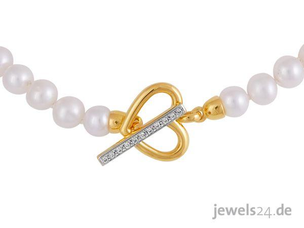 Diese schöne Kette kombiniert den zarten Schimmer von Perlen mit dem Glanz von Gold und Diamanten. Ein ganz besonderes Geschenk für Ihre Liebste zu Weihnachten. Weitere schöne Geschenkideen finden Sie in unserem Online Schmuck Shop www.jewels24.de #weihnachtsgeschenk #geschenkidee #diamantschmuck