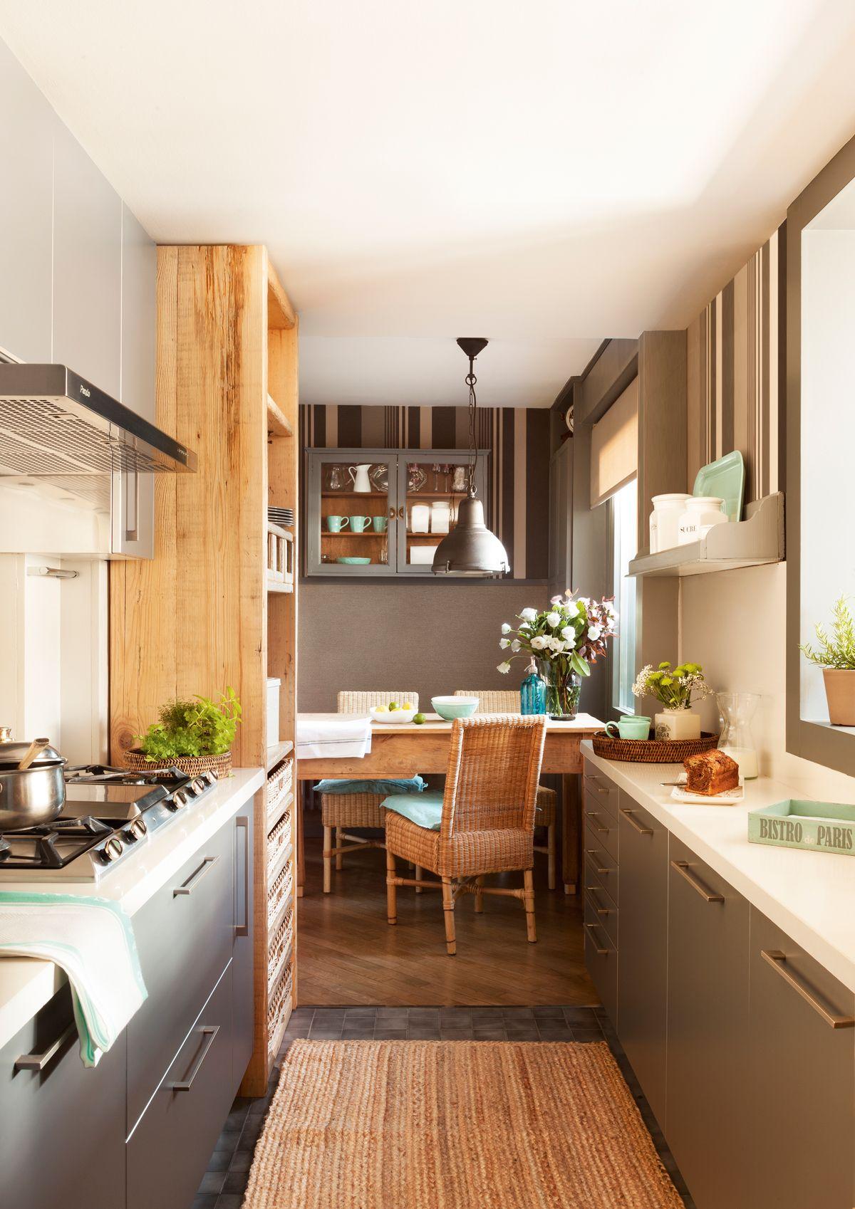 Cocina con office al fondo. En gris y papel pintado. Al fondo, mesa ...