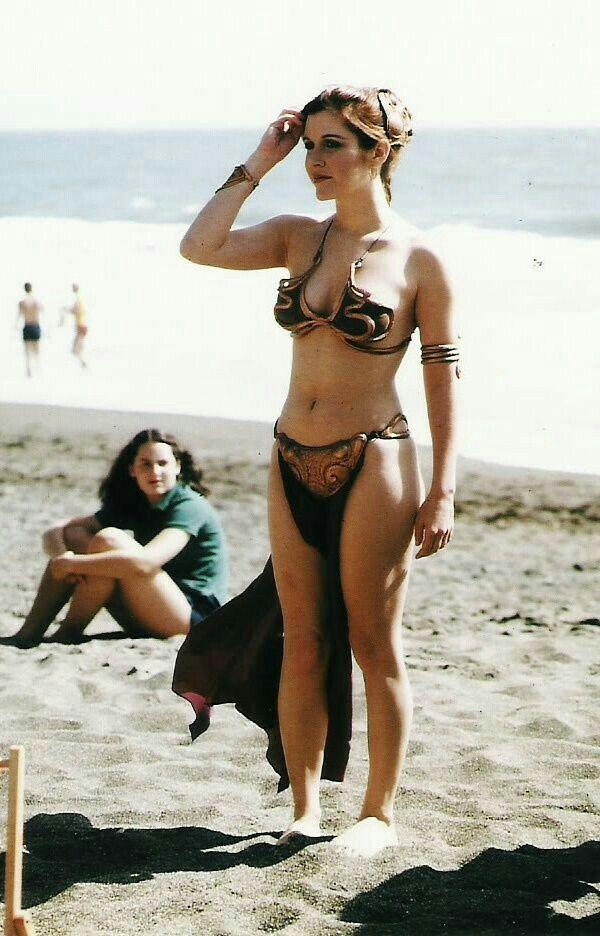 """Arranca la temporada de playa!, y la princesa Leia es la primera que se apunta después de visitar planetas desérticos. En el rodaje de """"El retorno del Jedi"""" (1983)"""