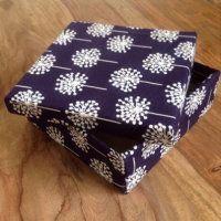 diy n hen n hanleitung box mit stoff beziehen stoffbox karton upcycling als geschenkbox idee. Black Bedroom Furniture Sets. Home Design Ideas