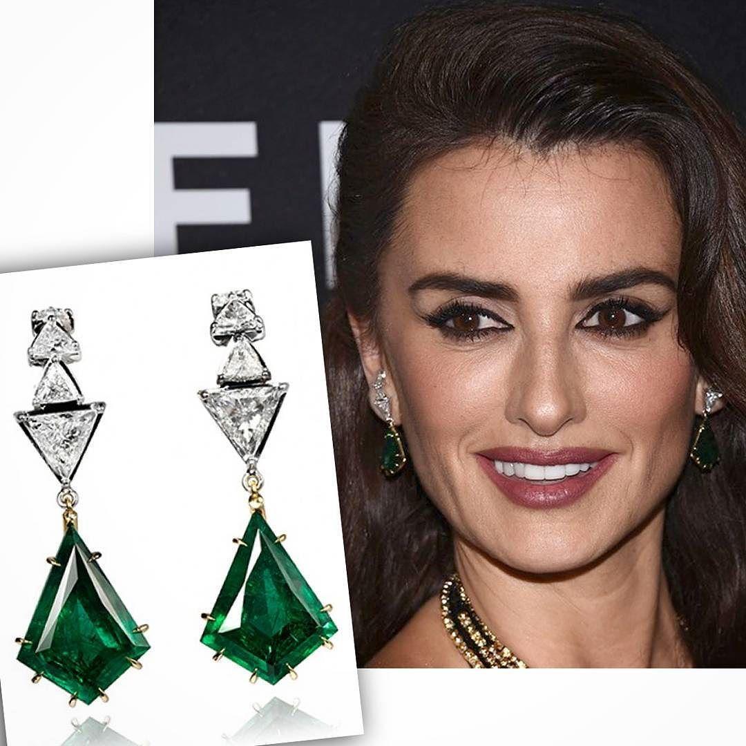 Anzol #earrings by @ara_vartanian for @penelopecruzoficial #emeralds & #diamonds styled by @cristinaehrlich for the #Zoolander2 #NY premiere __________  #pendientes Anzol de #AraVartanian para #PenelopeCruz #esmeraldas y #diamantes estilismo de #CristinaEhrlich para el estreno en Nueva York de Zoolander 2 __________  #DeJoyaEnJoya #FromJewelToJewel #luxury #RedCarpet #InstaJewels #InstaDiamonds #InstaEmeralds #HighJewelry #fashion #style #icon #pe #ValentinaValencia #InstaEarrings…
