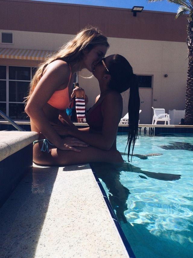 Lesbian Girls Kissing Girls