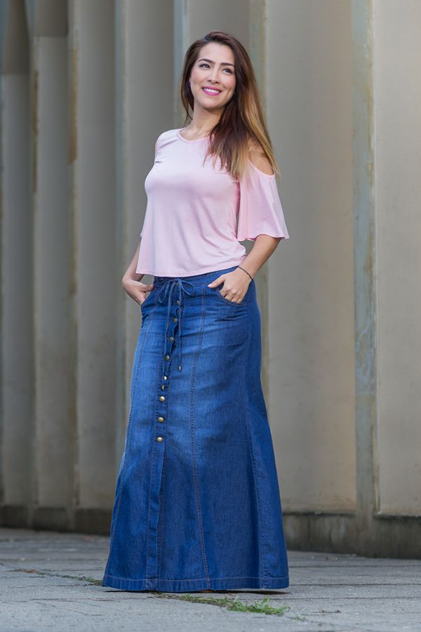 dfe7691c5 Blusa en viscosa de hombros descubiertos y falda en chambray | Moda ...