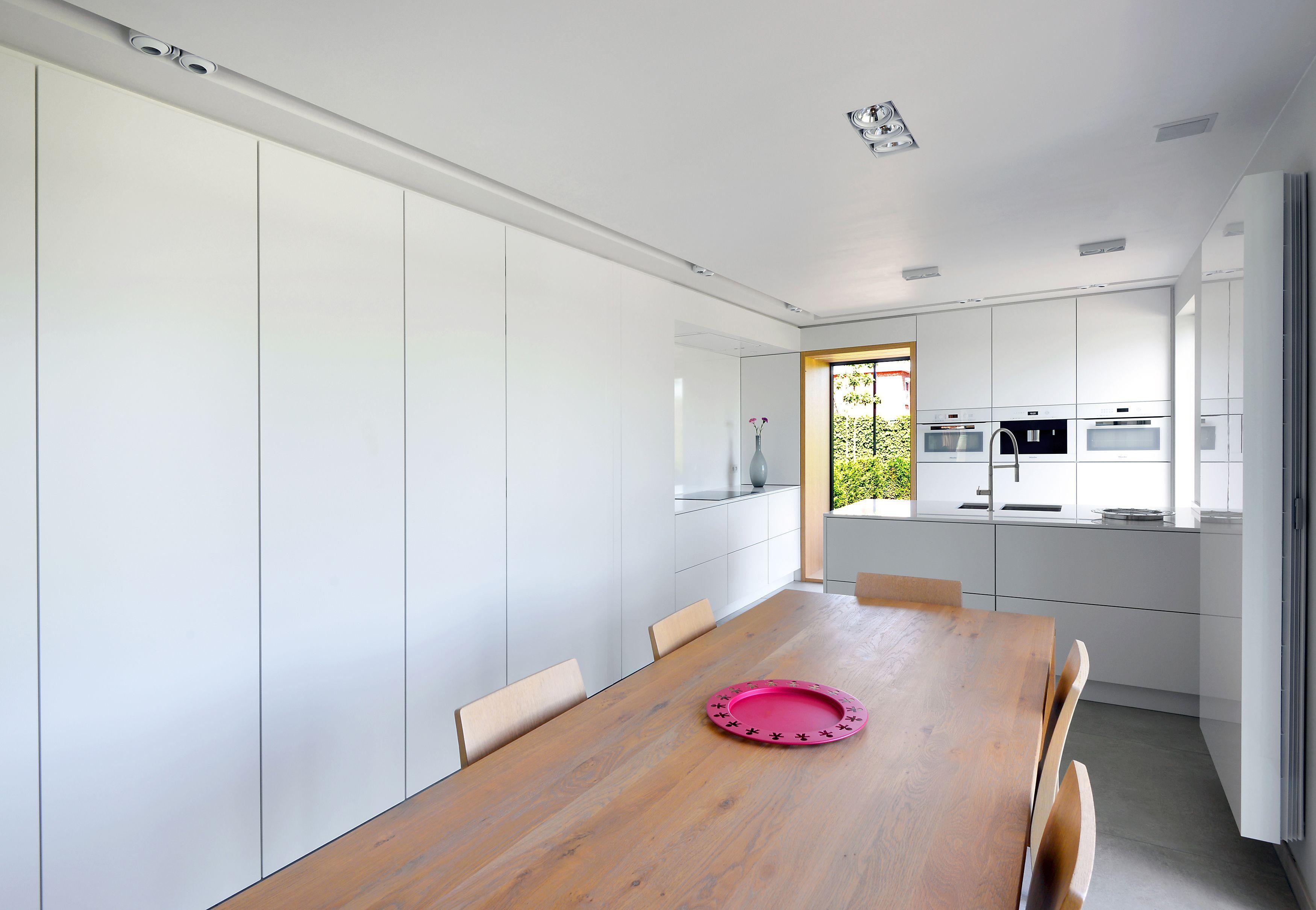 Keuken maarten smeets modern wit mat lak greeploos minimalistisch