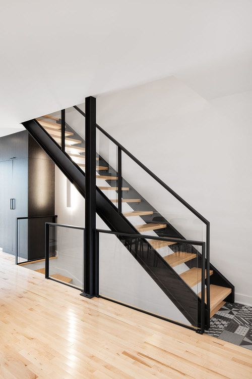 Freestanding stair with metal stringers, open risers and glass - avantage inconvenient maison ossature metallique