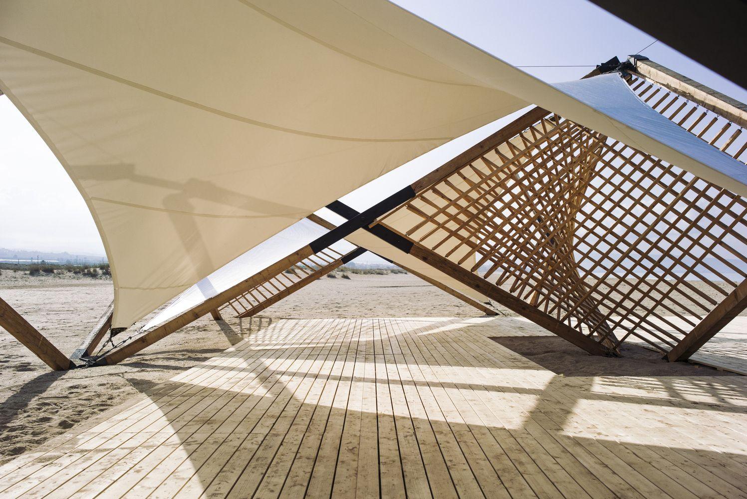 Galeria De Como Uma Estrutura Desdobravel Leve De Madeira E Metal Pode Ter Um Grande Impacto Social 2 Kinetic Architecture Temporary Architecture Fabric Canopy