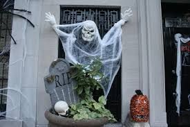 Resultado de imagem para decoração nas vitrines de ny halloween