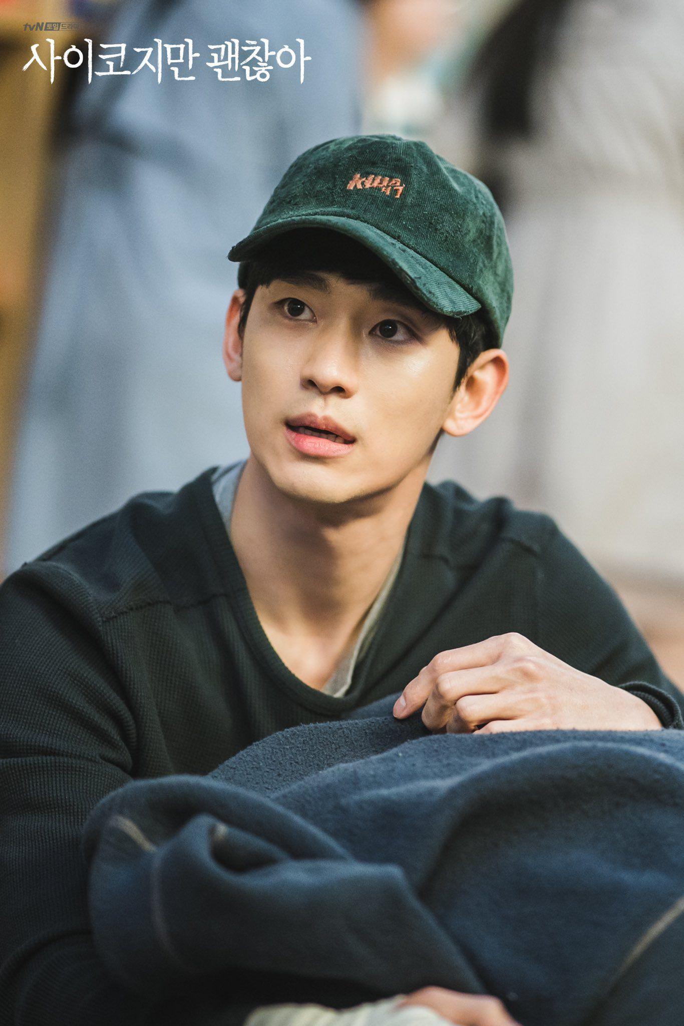 Tiết kiệm như anh Kim Soo Hyun: 7 năm vẫn đi một đôi dép, từ thời Ẩn Thân sang tận Điên Thì Có Sao chứ chẳng đùa! - Ảnh 1.