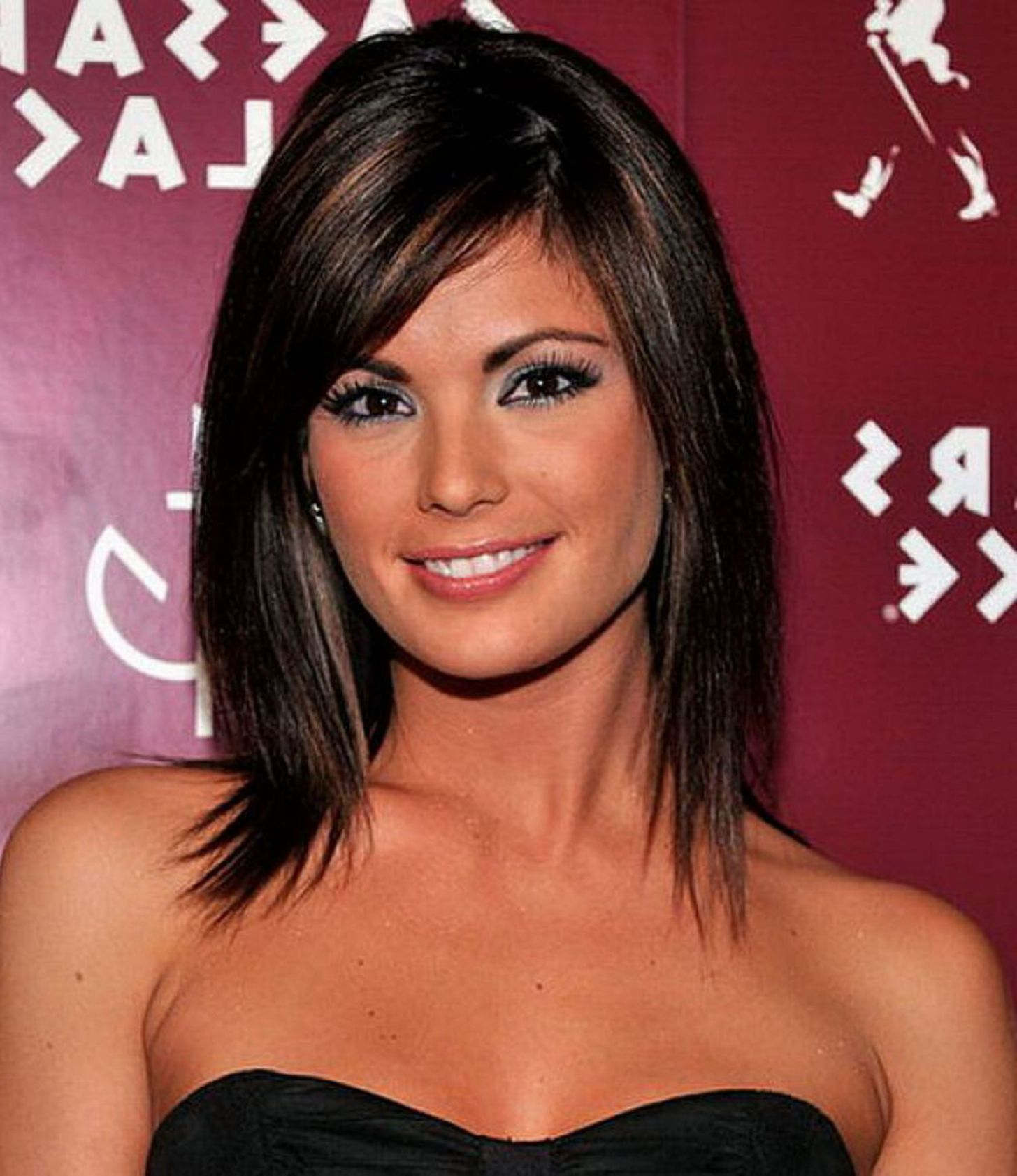 Medium Straight Hairstyles With Side Bangs Side Bangs Are Super Popular Right Now Haircuts For Medium Hair Medium Hair Styles For Women Medium Hair Styles