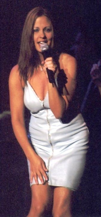 brunette female country singers